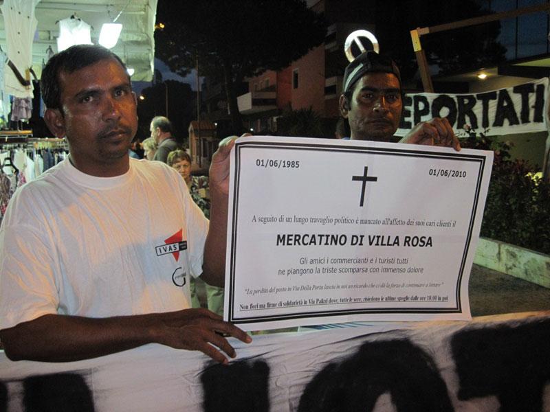 Alcuni ambulanti con il manifesto funebre